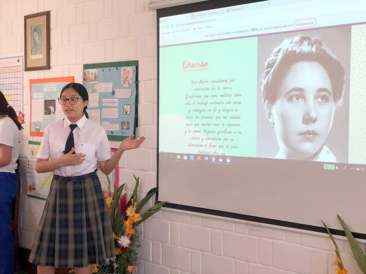 Alumna exponiendo sobre la vida de Guadalupe