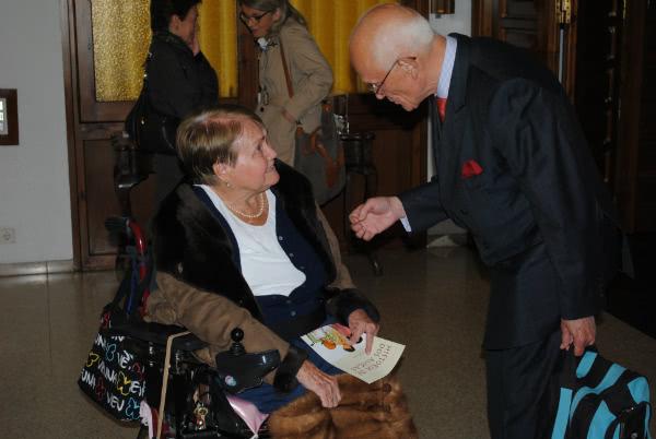 """Rosa Pantaleoni, amiga de Montse, con el libro escrito por ella que narra su amistad, """"Historia de dos amigas""""."""
