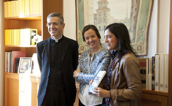 Don Francesco Russo, direttore dell'ufficio delle cause dei santi presso la prelatura dell'Opus Dei, insieme a María Del Rincón e María Teresa Escobar, autrici del libro.