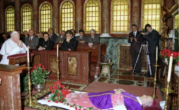 23 mars 1994, Jean-Paul II, en l'église prélatice Sainte-Marie-de-la-Paix, recueilli devant le corps de mgr Alvaro del Portillo