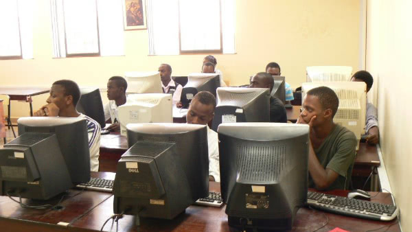 Aula de informática del Eastlands College of Technology (Nairobi, Kenia)