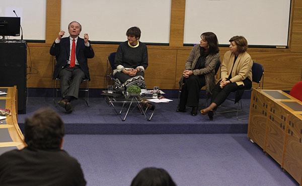 José Miguel Armendáriz, expositor del conversatorio, respondiendo preguntas del público.
