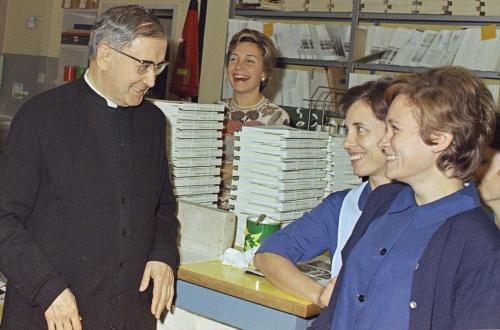 San Josemaría con Ana Lorente, derecha, y otras personas en el laboratorio fotográfico, 1973.
