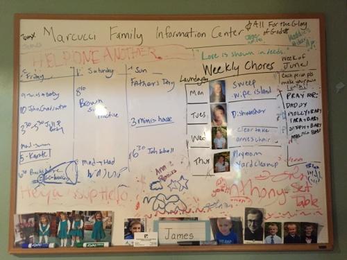 Het 'Marcucci Information Center', klussenbord van Emily's gezin.