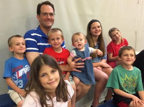 Emily's man Mike en 7 van hun kinderen.