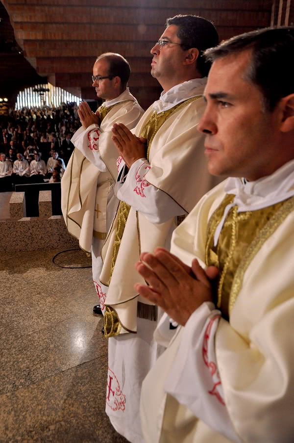 Os três novos sacerdotes: Rubén Mestre (direita), Juan José Muñoz e Sidnei Herrera