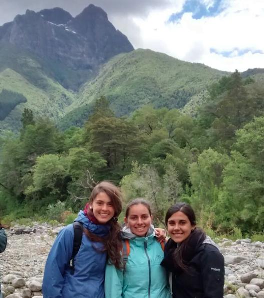 Un grupo de estudiantes  a espaldas de la impresionante geografía del lugar.