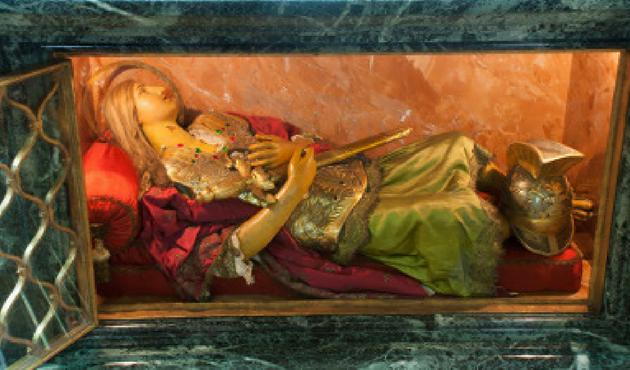 Una statua del soldato romano ospita alcune relique del santo