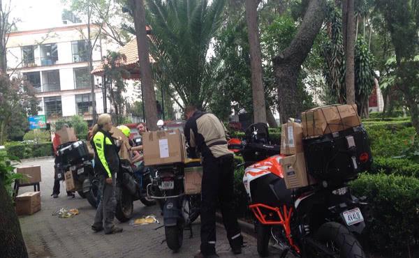Voluntarios cargando sus motos para hacer más ágil la entrega de víveres en las zonas afectadas de la Ciudad de México