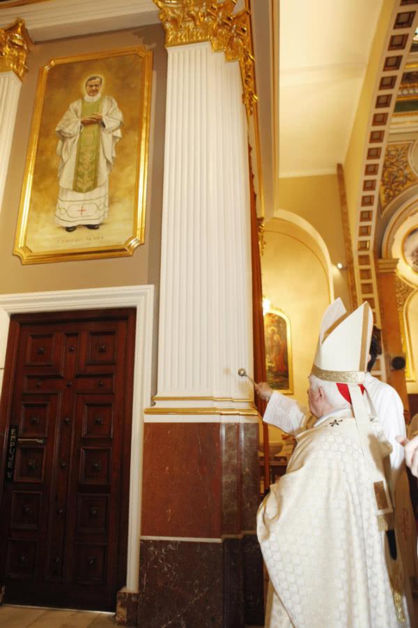 El Cardenal ha bendecido unas pinturas murales, con las imágenes de San Josemaría Escrivá y de San Manuel González, que la parroquia ha instalado con motivo del aniversario.