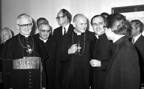 D. Karol Wojtyla, então Cardeal de Cracóvia, junto de D. Joaquim Alonso, após uma conferência do Cardeal Höffner (à esquerda) organizada em 1971 pelo CRIS, na RUI.