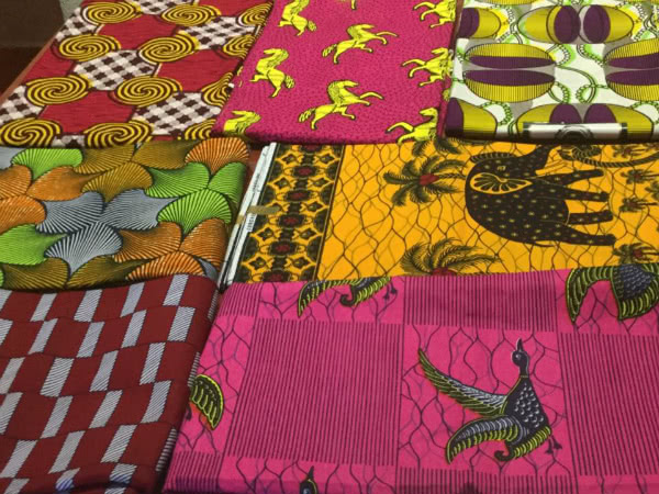 A cada diseñadora se le entregó una tela estampada, traída directamente de África. Tenía que diseñar su modelo plasmando los valores de África y ponerle un nombre.