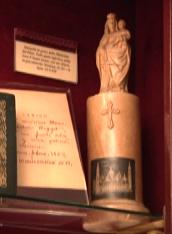 Esta pequena imagem de Nossa Senhora encontra-se atualmente na sede central do Opus Dei em Roma.