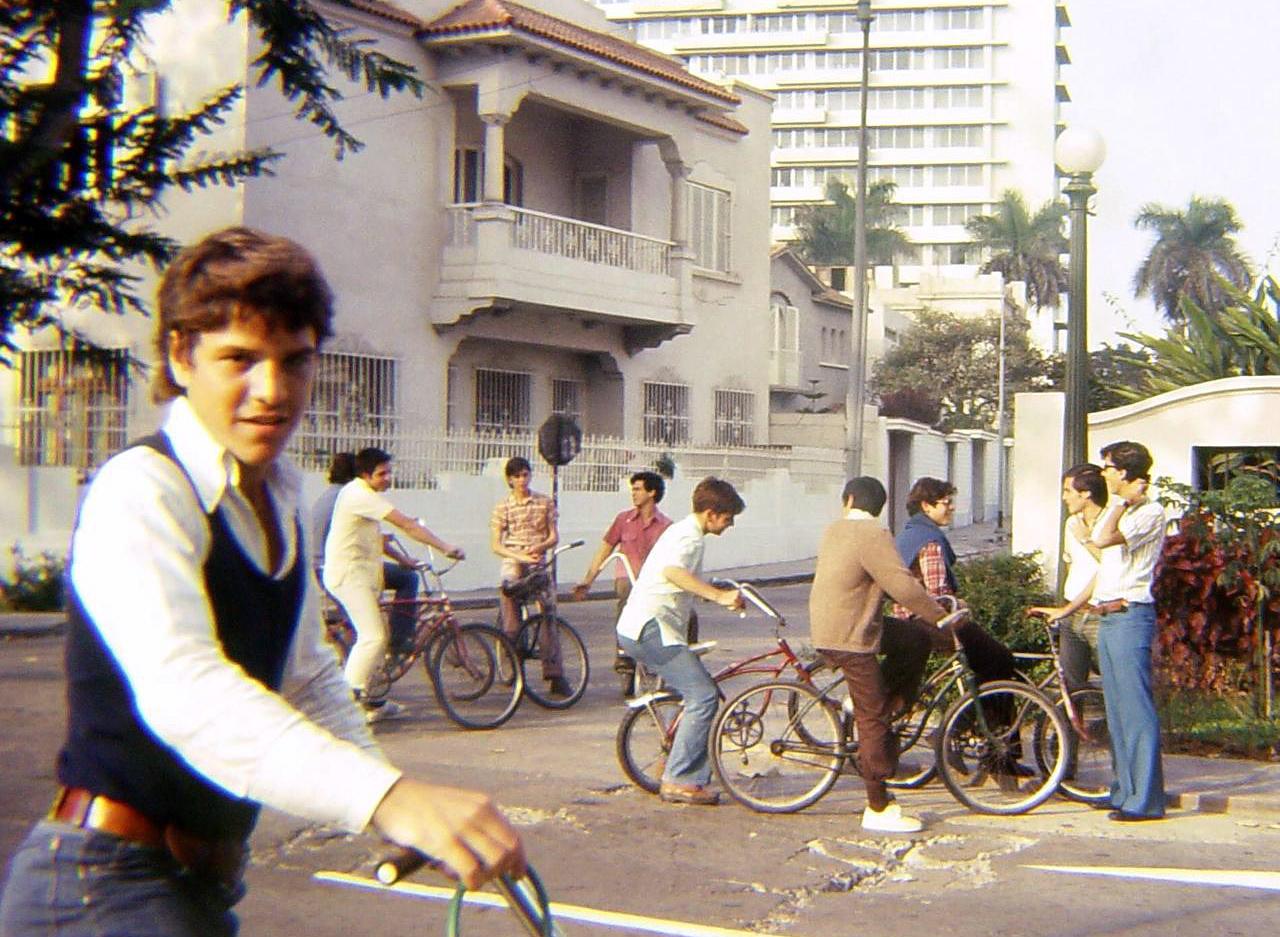 """Gustavo con su bicicleta en el club juvenil """"Saeta"""""""