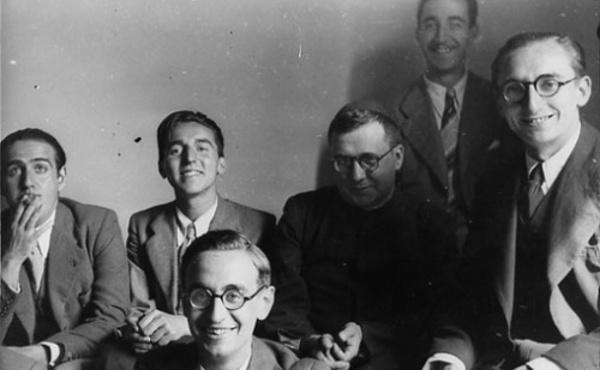 San Josemaría, insieme con i primi membri dell'Opus Dei, all'epoca in cui leggeva la biografia di padre Doyle.