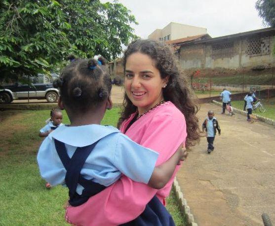 Cordélia, prof d'espagnol, avec une élève de Maternelle