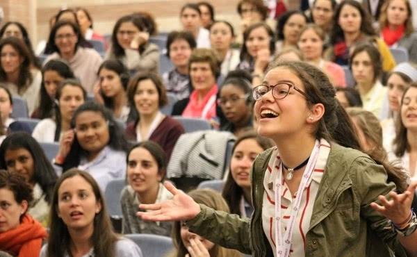 Durante la intervención, hubo muchas preguntas por parte de las participantes del Incontro Romano.