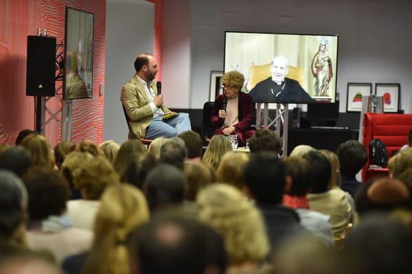 El autor, junto a la periodista Pilar Urbano en la presentación del libro en Madrid. Foto: Álvaro García Fuentes