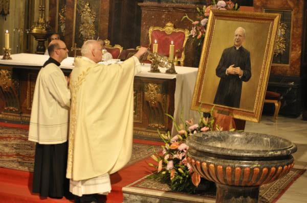 Don Ramón Herrando incensando el cuadro del Beato Álvaro.