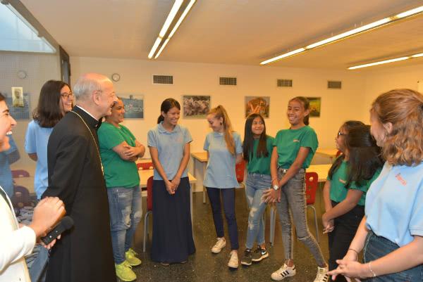 Mons. Ocáriz con chicas del Terral.