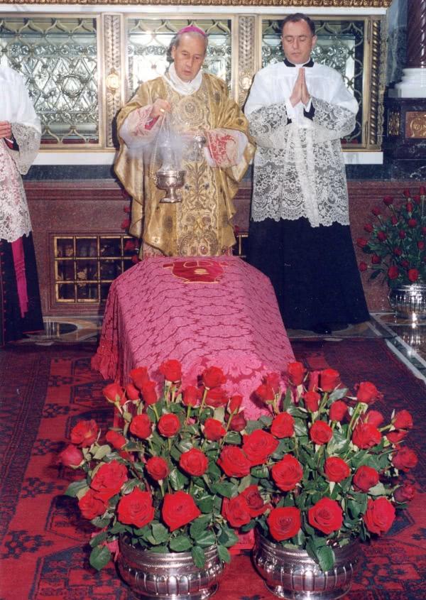 No fim da missa, o féretro com o corpo de São Josemaria foi trasladado à igreja de Santa Maria da Paz