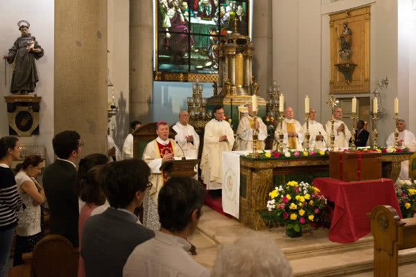 Monseñor Martínez Camino presidió este viernes la ceremonia de bendición de la sepultura e inhumación de los restos de Guadalupe Ortiz de Landázuri.