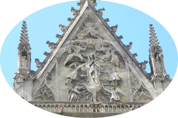 L'assomption de Notre Dame, relief dans la façade sud du transept, cathédrale de Reims (XIIIe siècle).