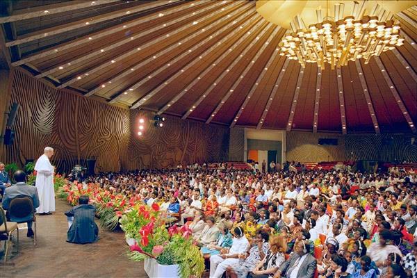 Pendant une réunion à la salle de conférences de l'Hôtel Ivoire le 15 octobre 1989