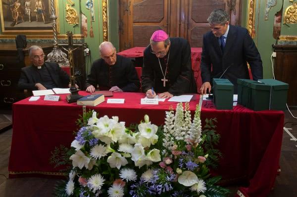 El Arzobispo firmando las actas del proceso. Foto: Manuel Castells