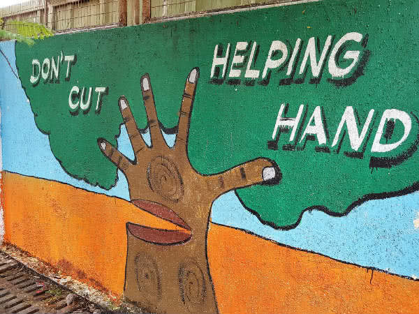 Un murale dipinto all'esterno della scuola.
