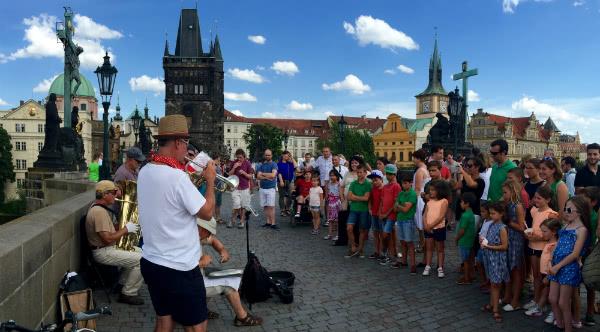 Fuimos a Praga, donde pudimos ver su castillo, la catedral, el puente de Carlos. Paseamos en barco por el río Moldava y rezamos ante el Niño Jesús de Praga.