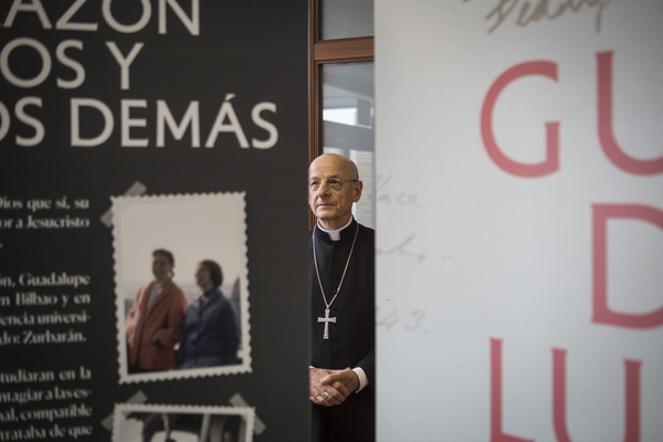 En el hall principal, junto al oratorio, don Fernando pudo contemplar los paneles de la nueva exposición sobre Guadalupe Ortiz de Landázuri, que podrá ser vista en colegios y entidades de todo el mundo
