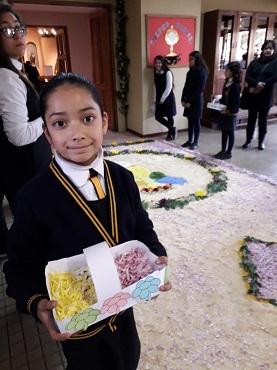 Antonella Toro, alumna de Tercero Básico del colegio Almendral, esperando que pase Jesús Sacramentado