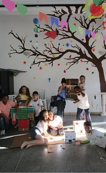 Espaço do Ponto de Cultura, com a árvore pintada pelos alunos no fundo.