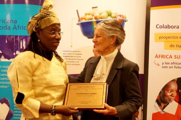 S.A.R. Doña Teresa de Borbón dos Sicilias, Presidenta de Honor de Harambee España ha entregado el Premio a la Promoción e Igualdad de la Mujer Africana 2015 a Vanessa Koutouan, directora del Centro Rural Ilomba. Foto: Opus Dei (Information Office)