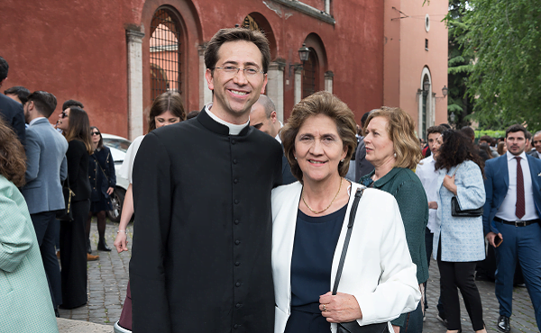 Padre José Guillermo Muñoz Maldonado junto a su mamá, María Consuelo Maldonado