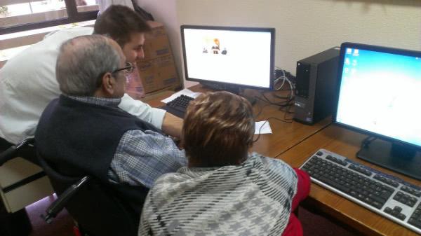 """Alex, voluntario en la Residencia de """"La Rubia"""", con Carlos y Carmen."""