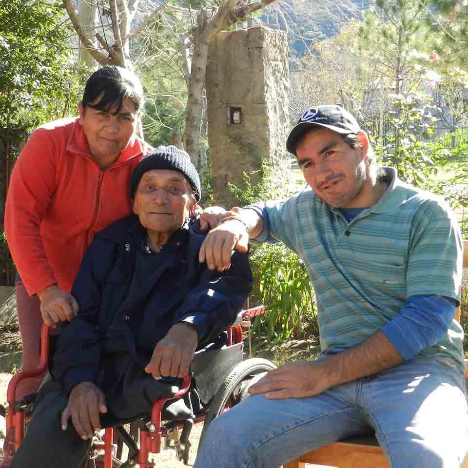 Don Garro con Teresa y Anibal, quienes lo cuidan