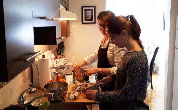 Katherina cocina con una de sus hijas.