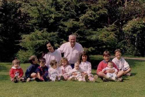 Eliana and Tito, with 10 of their grandchildren