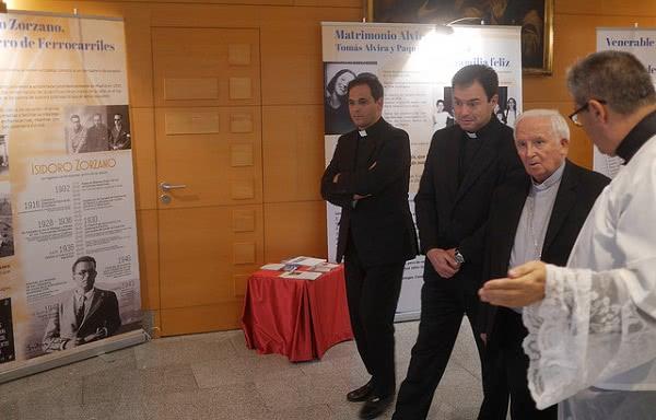 En la exposición, compuesta por siete paneles, se repasan las vidas de algunos miembros del Opus Dei en proceso de beatificación.