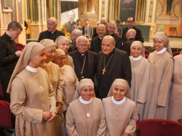 Sorelle della Congregazione delle Figlie di Santa Maria del Cuore di Gesù, con il cardinal Cañizares e mons. Echevarría.