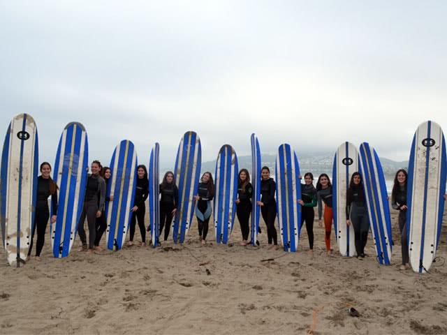 Un grupo de residentes de Altamar en Viña del Mar, surfea las olas en playas de Reñaca