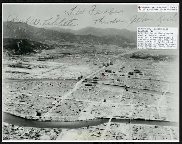 Fotografia de Hiroshima tirada um ano depois do lançamento da bomba, assinada por pilotos do Enola Gay.