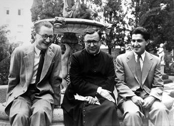 Con San Josemaría en el jardín de Villa Tevere y Fr. Cormac Burke