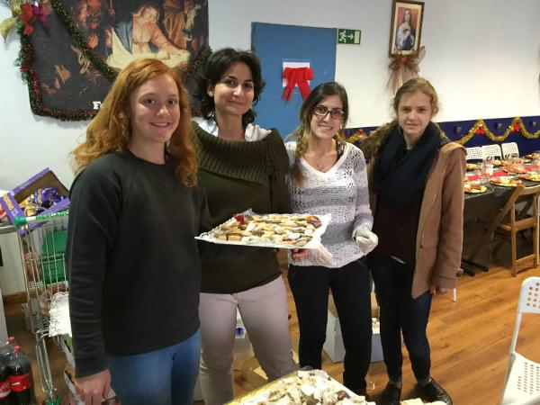 Unas voluntarias preparando la cena navideña en la parroquia de san Ramón Nonato.