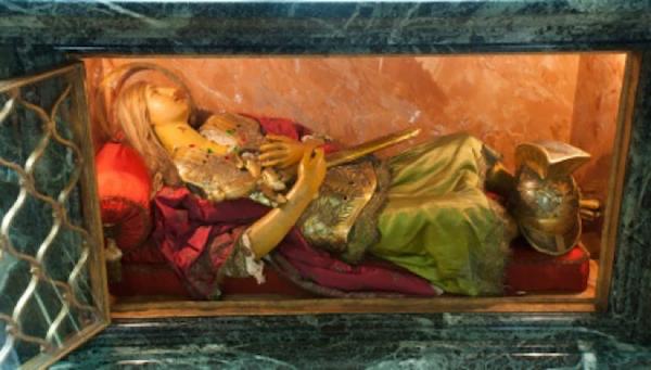 Statua świętego żołnierza rzymskiego zawiera kilka relikwii świętego.