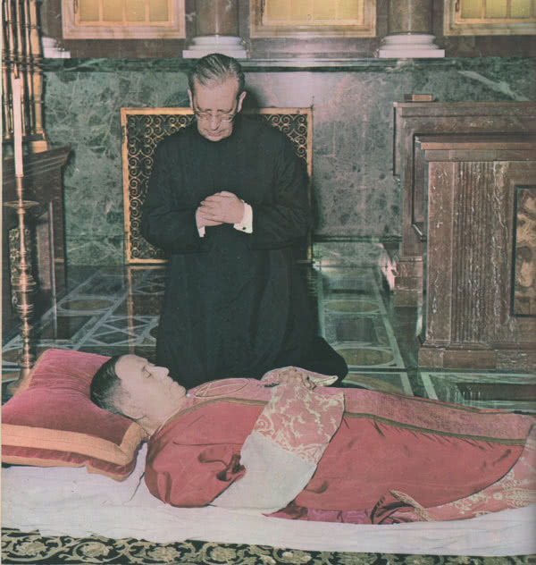 Dom Álvaro reza junto aos restos mortais de São Josemaria, na Igreja prelatícia de Santa Maria da Paz, no dia em que faleceu o fundador do Opus Dei.