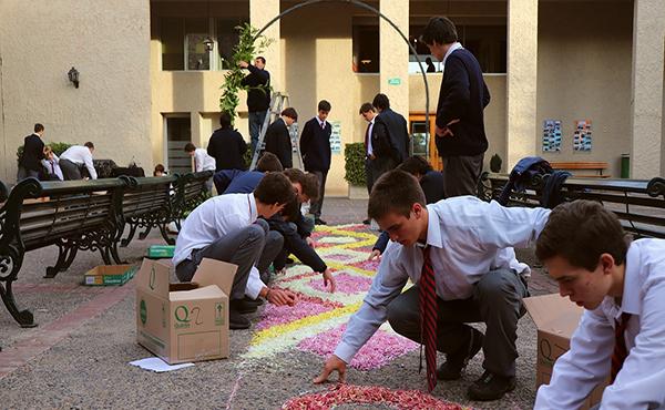 Alumnos del Colegio Cordillera preparando la alfombra de flores.