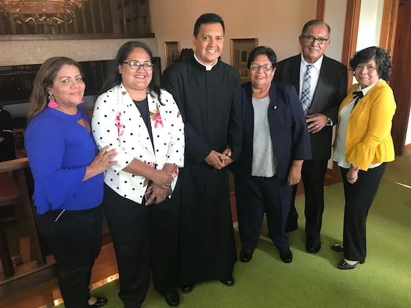 El padre Emanuel al centro rodeado de su familia proveniente de Monterrey, Nuevo León